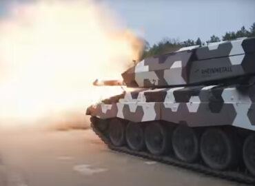 130 мм танкова гармата в дії