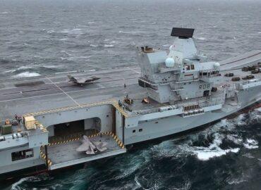 Королева та її свита: британський авіаносець у бойовій готовності